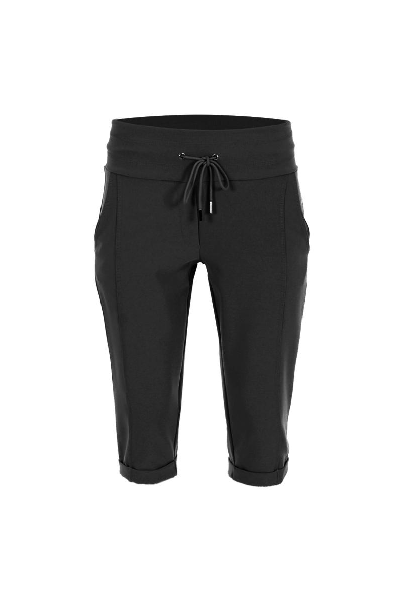 Sportieve maar geklede broek Sandy is een 4-pocket model met fake klepzakken op de achterzijde en steekzakken aan de voorzijde. De broek heeft een hoge tailleband zonder riemlussen met koordsluiting. Ze heeft een dubbel sierstiksel op het bovenbeen en onderaan de pijp zijn de zomen omgeslagen. Sandy is heeft een extra skinny fit en is gemaakt van een heerlijk comfortabele Poly Travel kwaliteit. De broek valt normaal qua maat en is te vinden in het Navy, Seagreen, Light Sand, Strawberry, Offwhite, White en Black.  <ul> <li>Korte broek</li> <li>Extra skinny fit</li> <li>Dubbel sierstiksel op het bovenbeen</li> <li>Koordsluiting</li> <li>Zoom omslag onderaan pijp</li> <li>Hoge tailleband zonder riemlussen</li> <li>Poly Travel kwaliteit</li> <li>4-pocket model</li> <li>Fake klepzakken achterzijde</li> <li>Steekzakken voorzijde</li> <li>Model Sandy Short</li> <li>Valt normaal qua maat</li> <li>Te verkrijgen in het Navy, Seagreen, Light Sand, Strawberry, Offwhite, White en Black.</li> </ul>  <blockquote> Perfecte korte basisbroek:sportief maar gekleed<br />  </blockquote>