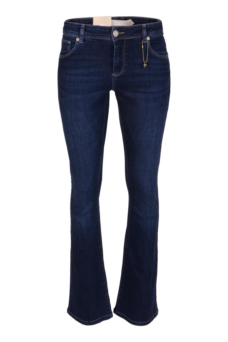 Broek Elina is een stoere denim bootcut jeans met knoop- en ritssluiting. Elina is een 5-pocket model met een klein hartje op de achterzak. Ze is voorzien van fijn stretchy materiaal en draagt comfortabel. De tailleband van de broek heeft ceintuurlussen. De broek valt normaal qua maat en is te verkrijgen in het Blue.   <ul> <li>Knoop- en ritssluiting</li> <li>Bootcut jeans</li> <li>Denim broek</li> <li>Tailleband met ceintuurlussen</li> <li>5-pocket model</li> <li>Klein hartje op achterzak</li> <li>Model Elina</li> <li>Valt normaal qua maat</li> <li>Te verkrijgen in het Blue.</li> </ul>