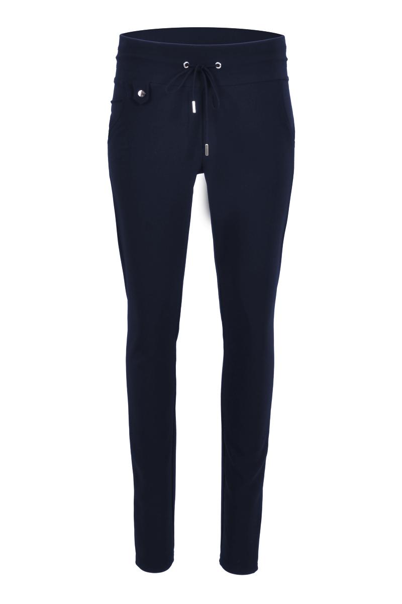 Sportieve maar geklede broek Palermo  is model met fake klepzakken op de achterzijde en steekzakken aan de voorzijde. De broek heeft een hoge tailleband zonder riemlussen met koordsluiting. Ze heeft een dubbel sierstiksel op het bovenbeen. Palermo is heeft een skinny fit en is gemaakt van een heerlijk comfortabele Poly Lycra kwaliteit. De broek valt normaal qua maat en is te vinden in het Navy en Black.  <ul> <li>Lengtemaat 32</li> <li>Binnenbeen 82cm </li> <li>Skinny fit</li> <li>Dubbel sierstiksel op het bovenbeen</li> <li>Koordsluiting</li> <li>Hoge tailleband zonder riemlussen</li> <li>Poly Lycra kwaliteit</li> <li>4-pocket model</li> <li>Fake klepzakken achterzijde</li> <li>Steekzakken voorzijde</li> <li>Model Sandy New</li> <li>Valt normaal qua maat</li> <li>Te verkrijgen in het Navy en Black</li> </ul>  <blockquote> Perfecte basisbroek;sportief maar gekleed </blockquote>