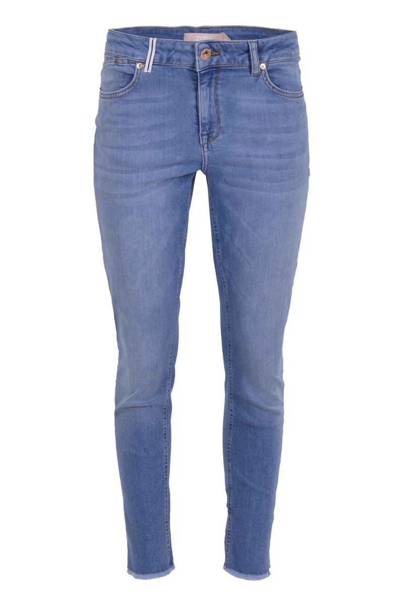 Skinny broek Lucca is een 5-pocket model jeans met knoop- en ritssluiting. Ze heeft een tailleband met riemlussen waarvan er op 1 een biesje zit. Aan de zij- en onderkant van de broekspijpen zitten splitten en is het uitende gerafeld afgewerkt. Broek Lucca valt normaal op maat en is te verkrijgen in het New Bleached en Grey Vintage.   <ul> <li>Knoop- en ritssluiting</li> <li>Skinny</li> <li>Onderaan de pijpen gerafeld</li> <li>Denim broek</li> <li>Splitten zijkant pijpen</li> <li>Tailleband met riemlussen</li> <li>Biesje aan riemlus</li> <li>5-pocket model</li> <li>Klein hartje op achterzak</li> <li>Model Lucca</li> <li>Valt normaal qua maat</li> <li>Te verkrijgen in het Grey Vintage en New Bleached</li> </ul>    <blockquote>Dezelfde fit als broek Georgia</blockquote>