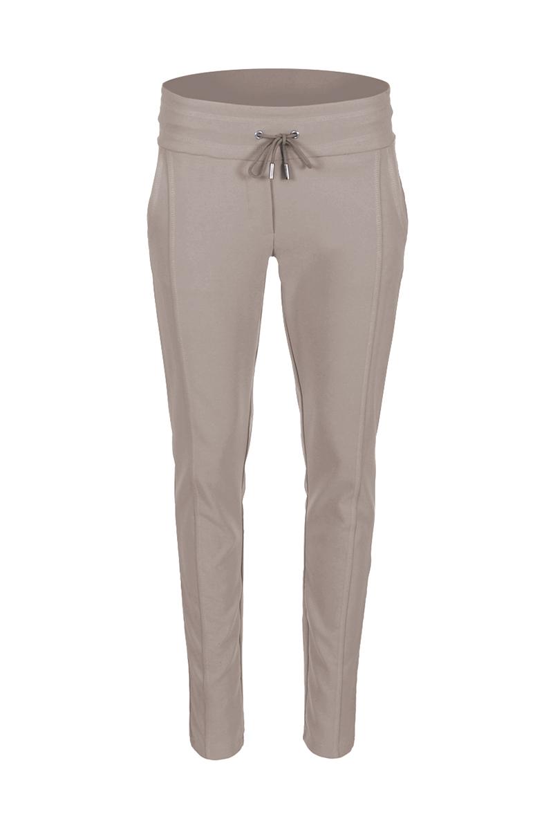 Sportieve maar geklede broek Sandy is een 4-pocket model met fake klepzakken op de achterzijde en steekzakken aan de voorzijde. De broek heeft een hoge tailleband zonder riemlussen met koordsluiting. Ze heeft een dubbel sierstiksel op het bovenbeen. Sandy heeft een extra skinny fit en is gemaakt van een comfortabele Poly Lycra kwaliteit. De broek valt normaal qua maat en is leverbaar in Navy en Black.  <ul> <li>Lengtemaat 32</li> <li>Binnenbeen 82cm </li> <li>Extra Skinny fit</li> <li>Dubbel sierstiksel op het bovenbeen</li> <li>Koordsluiting</li> <li>Hoge tailleband zonder riemlussen</li> <li>Poly Lycra kwaliteit</li> <li>4-pocket model</li> <li>Fake klepzakken achterzijde</li> <li>Steekzakken voorzijde</li> <li>Model Sandy New</li> <li>Valt normaal qua maat</li> <li>Te verkrijgen in het Navy en Black</li> </ul>  <blockquote> Perfecte basisbroek;sportief maar gekleed </blockquote>