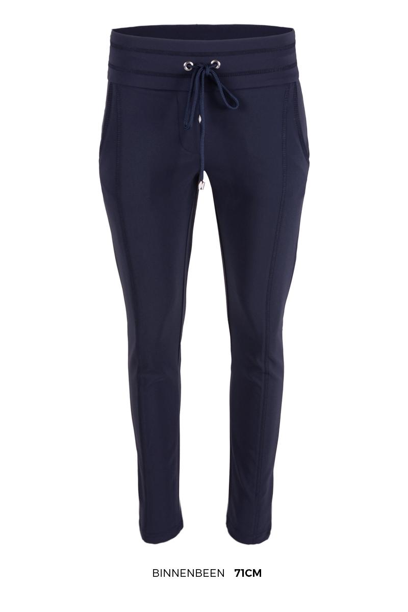 Sportieve maar geklede broek Sandy is een 4-pocket model met fake klepzakken op de achterzijde en steekzakken aan de voorzijde. De broek heeft een hoge tailleband zonder riemlussen met koordsluiting. Ze heeft een dubbel sierstiksel op het bovenbeen. Sandy is heeft een extra skinny fit en is gemaakt van een heerlijk comfortabele Poly Lycra kwaliteit. De broek valt normaal qua maat en is te vinden in het Red, Black, Navy en Sand.  <ul> <li>Lengtemaat 28</li> <li>Binnenbeen 71cm </li> <li>Extra Skinny fit</li> <li>Dubbel sierstiksel op het bovenbeen</li> <li>Koordsluiting</li> <li>Hoge tailleband zonder riemlussen</li> <li>Poly Lycra kwaliteit</li> <li>4-pocket model</li> <li>Fake klepzakken achterzijde</li> <li>Steekzakken voorzijde</li> <li>Model Sandy</li> <li>Valt normaal qua maat</li> <li>Te verkrijgen in het Red, Black, Navy en Sand.</li> </ul>  <blockquote> Perfecte basisbroek;sportief maar gekleed </blockquote>