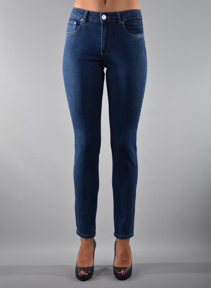 Slim fit jeans in diverse wassingen . In 5-pocket-model met modellerende tailleband, riemlusjes en zadelpas. Binnenbeen lengte 82 cm Hoge front- en backrise