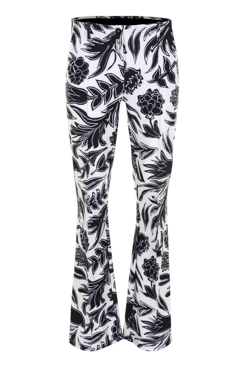 Broek Pia is een prachtige flared jeans in Travel Kwaliteit. Hoge taille model met fake klepzakken op het achterpand en steekzakken op het voorpand. De broek heeft deelnaden aan de voorzijde, een elastieke tailleband met riemlussen en is te sluiten middels knoop- en ritssluiting. Broek Pia valt normaal qua maat en is te verkrijgen in het Fruity White en Safari Seagreen.  <ul> <li>Flared jeans</li> <li>Knoop- en ritssluiting</li> <li>Deelnaad voorzijde</li> <li>Hoge taille</li> <li>Elastieken tailleband met riemlussen</li> <li>Poly Lycra Travel kwaliteit</li> <li>4-pocket model</li> <li>Fake klepzakken achterpand</li> <li>Steekzakken voorpand</li> <li>Model Pia New</li> <li>Valt normaal qua maat</li> <li>Te verkrijgen in het Fruity White en Safari Seagreen.</li> </ul>