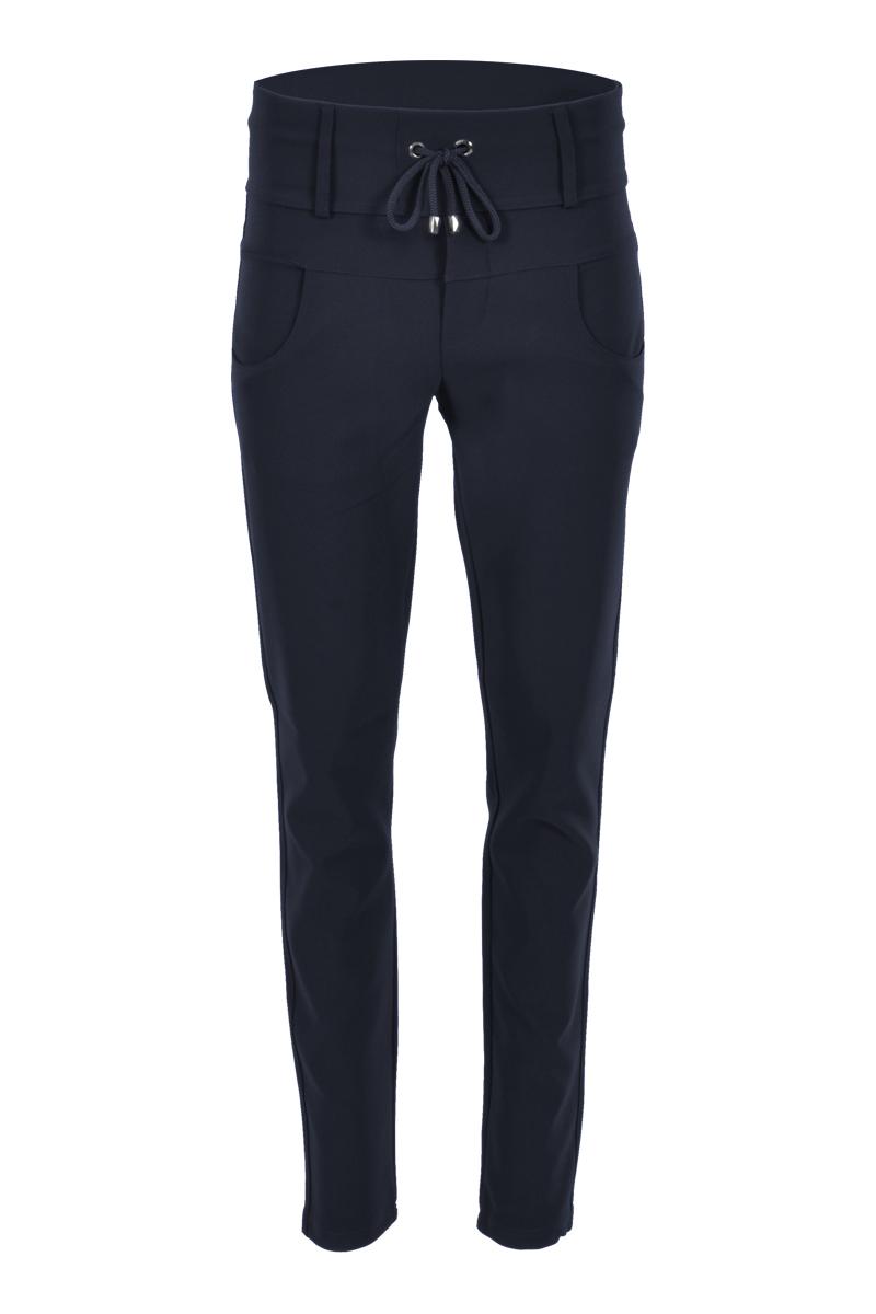Sportieve maar geklede broek Rixos is een 4-pocket model met fake klepzakken op de achterzijde en steekzakken aan de voorzijde. De broek heeft een brede tailleband met riemlussen en tunnel-koordsluiting. Op de tailleband staat een logo. Rixos is een skinny fit en is gemaakt van een heerlijk comfortablee Poly Lycra kwaliteit.  <ul><br />  <li>Lengte 32 inch</li><br />  <li>Skinny fit</li><br />  <li>Hogere fit</li><br />  <li>Tunnel-koordsluiting</li><br />  <li>Brede tailleband met riemlussen</li><br />  <li>Logo ZIZO op de tailleband</li><br />  <li>Poly Lycra kwaliteit</li><br />  <li>4-pocket model</li><br />  <li>Fake klepzakken achterzijde</li><br />  <li>Steekzakken voorzijde</li><br />  <li>Model Rixos</li><br />  <li>Valt normaal qua maat</li><br />  <li>Te verkrijgen in basic kleuren Black, Sand enNavy </li><br /> </ul>  <blockquote>Perfecte basisbroek, sportief maar gekleed</blockquote>