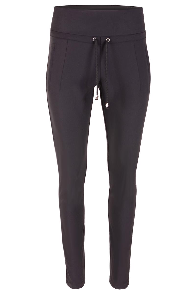 Elegante broek met hoge taille. Verkrijgbaar in 2 verschillende kleuren. Afgewerkt met 2 paspelzakken en een koord in de tailleband.