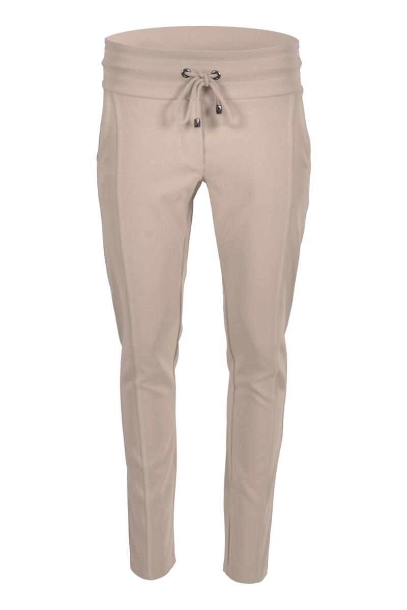 Sportieve maar geklede broek Sandy is een 4-pocket model met fake klepzakken op de achterzijde en steekzakken aan de voorzijde. De broek heeft een hoge tailleband zonder riemlussen met koordsluiting. Ze heeft een dubbel sierstiksel op het bovenbeen. Sandy is heeft een extra skinny fit en is gemaakt van een heerlijk comfortabele Poly Lycra kwaliteit. De broek valt normaal qua maat en is te vinden in het Navy, Sand en Black.  <ul> <li>Lengtemaat 28</li> <li>Binnenbeen 71cm </li> <li>Extra Skinny fit</li> <li>Dubbel sierstiksel op het bovenbeen</li> <li>Koordsluiting</li> <li>Hoge tailleband zonder riemlussen</li> <li>Poly Lycra kwaliteit</li> <li>4-pocket model</li> <li>Fake klepzakken achterzijde</li> <li>Steekzakken voorzijde</li> <li>Model Sandy New</li> <li>Valt normaal qua maat</li> <li>Te verkrijgen in het Navy, Sand en Black</li> </ul>  <blockquote> Perfecte basisbroek;sportief maar gekleed </blockquote>