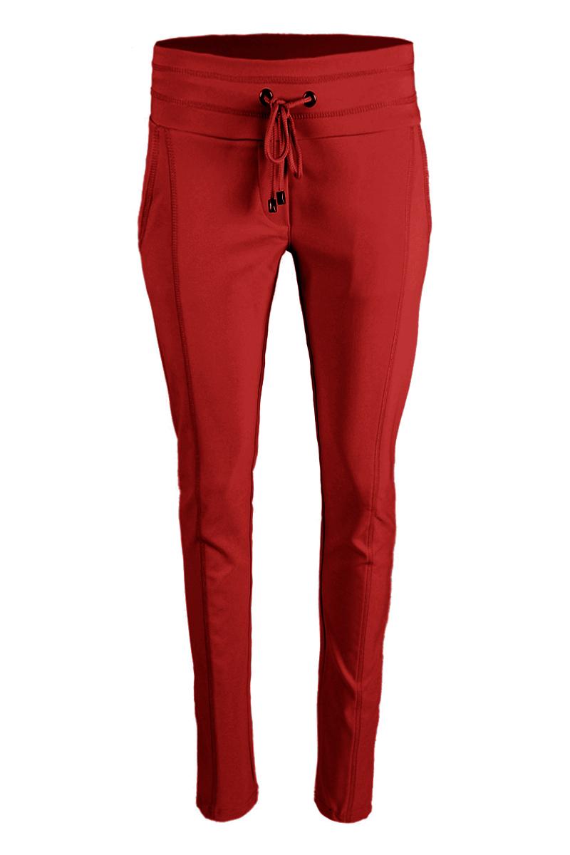 Sportieve maar geklede broek Sandy is een 4-pocket model met fake klepzakken op de achterzijde en steekzakken aan de voorzijde. De broek heeft een hoge tailleband zonder riemlussen met koordsluiting. Ze heeft een dubbel sierstiksel op het bovenbeen. Sandy is heeft een extra skinny fit en is gemaakt van een heerlijk comfortabele Poly Lycra kwaliteit. De broek valt normaal qua maat en is te vinden in het Red, Black, Navy, Offwhite en Sand.  <ul> <li>Lengtemaat 28</li> <li>Binnenbeen 71cm </li> <li>Extra Skinny fit</li> <li>Dubbel sierstiksel op het bovenbeen</li> <li>Koordsluiting</li> <li>Hoge tailleband zonder riemlussen</li> <li>Poly Lycra kwaliteit</li> <li>4-pocket model</li> <li>Fake klepzakken achterzijde</li> <li>Steekzakken voorzijde</li> <li>Model Sandy</li> <li>Valt normaal qua maat</li> <li>Te verkrijgen in het Red, Black, Navy, Offwhite en Sand.</li> </ul>  <blockquote> Perfecte basisbroek;sportief maar gekleed </blockquote>