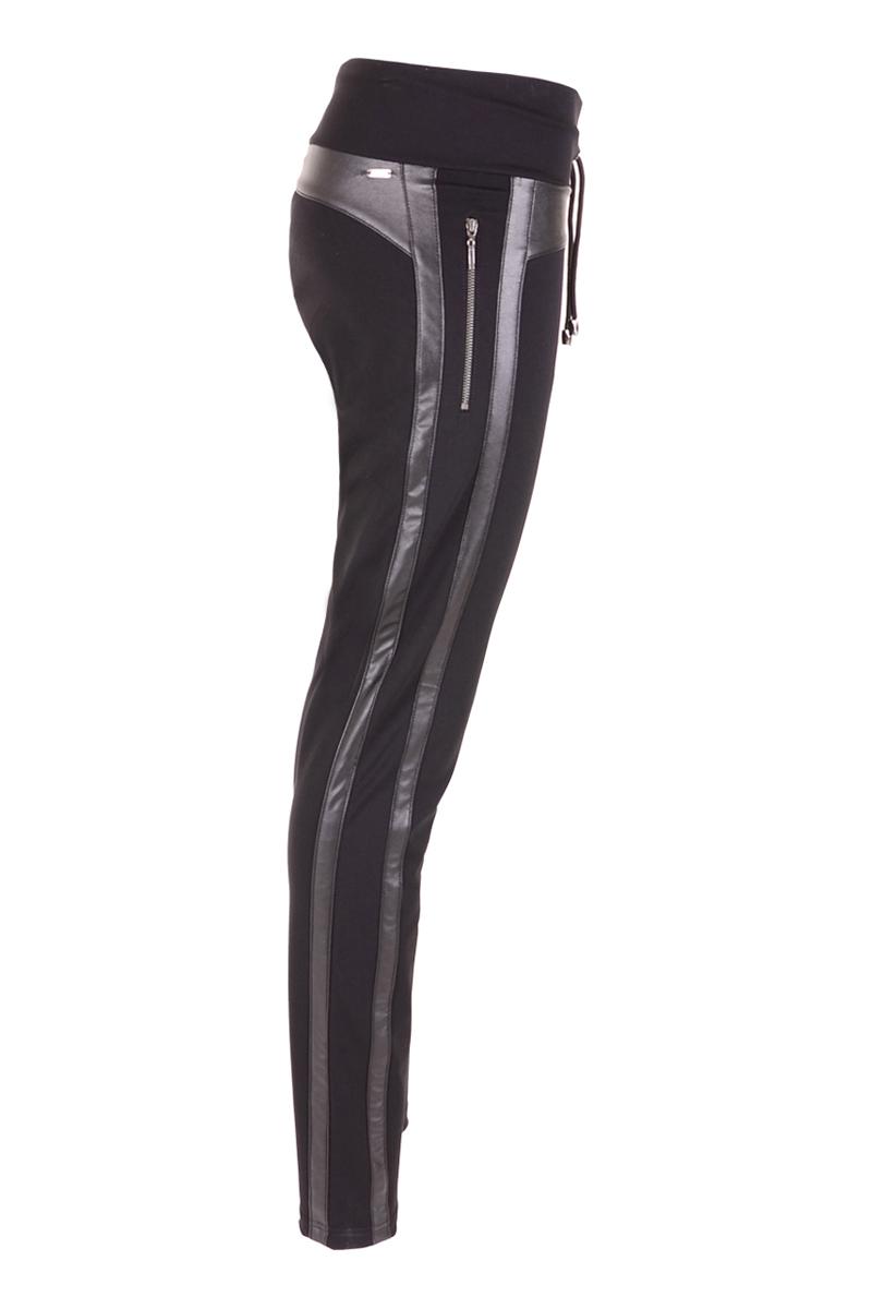 Sportieve stretchjersey broek met nappaleer en ritsen aan de zijkant. De tailleband is op eigen wens aan te snoeren met de koordjes.