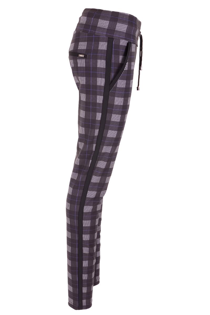 Comfortabele vrijetijdsbroek met steekzakken en paspel zakjes. De broek heeft aan de zijkant een contrast bies in het zwart.  Pasvorm: Skinny met high waist.