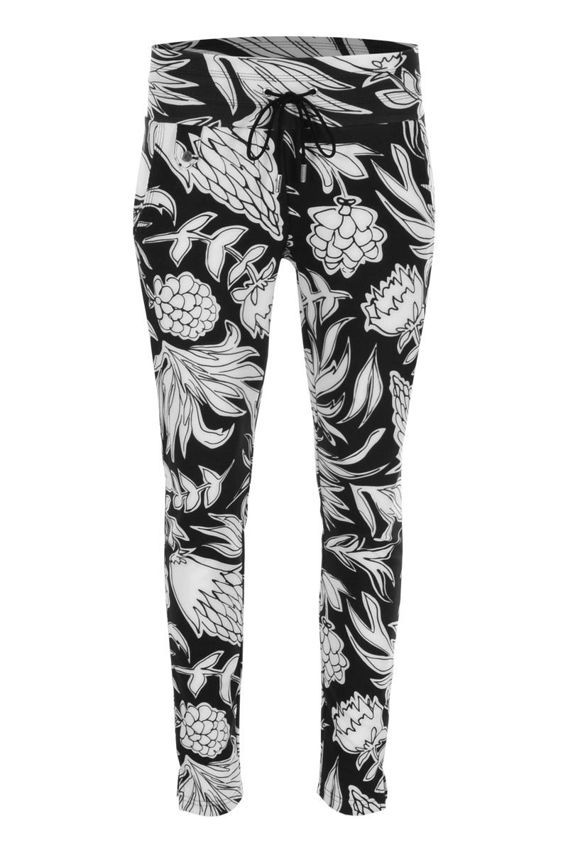De mooi afgewerkte broek Marlin is een 4-pocket model met fake klepzakken op de achterzijde en steekzakken aan de voorzijde. De broek heeft een hoge tailleband zonder riemlussen met koordsluiting. Marlin is heeft een skinny fit en is gemaakt van een heerlijk comfortabele Poly Travel kwaliteit. De broek valt normaal qua maat en is te vinden in het Fruity Black, Safari Seagreen en Freaky Berry.  <ul> <li>L28</li> <li>Skinny fit</li> <li>Koordsluiting</li> <li>Hoge tailleband zonder riemlussen</li> <li>Poly Travel kwaliteit</li> <li>4-pocket model</li> <li>Fake klepzakken achterzijde</li> <li>Steekzakken voorzijde</li> <li>Model Marlin</li> <li>Uitstekende pasvorm</li> <li>Valt normaal qua maat</li> <li>Te verkrijgen in het Fruity Black, Safari Seagreen en Freaky Berry.</li> </ul>