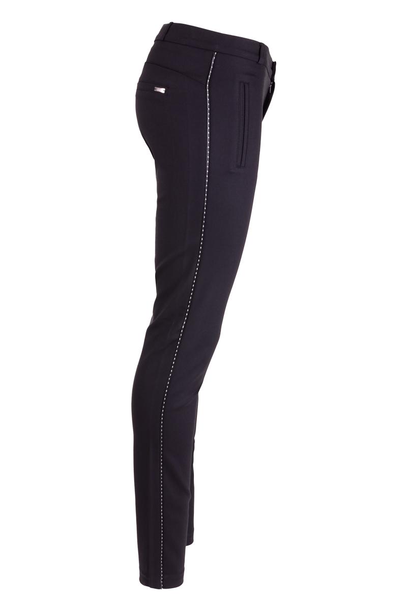 Skinny polyamide broek. Broek is afgewerkt met een subtiele zwart/wit lederen bies in de zijnaad. Broek heeft 2 paspel zakken aan de voor- en achterkant.