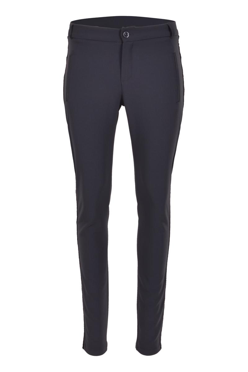 Skinny fit broek met paspel zakken. De zijkant is afgewerkt met enkel ketting bies
