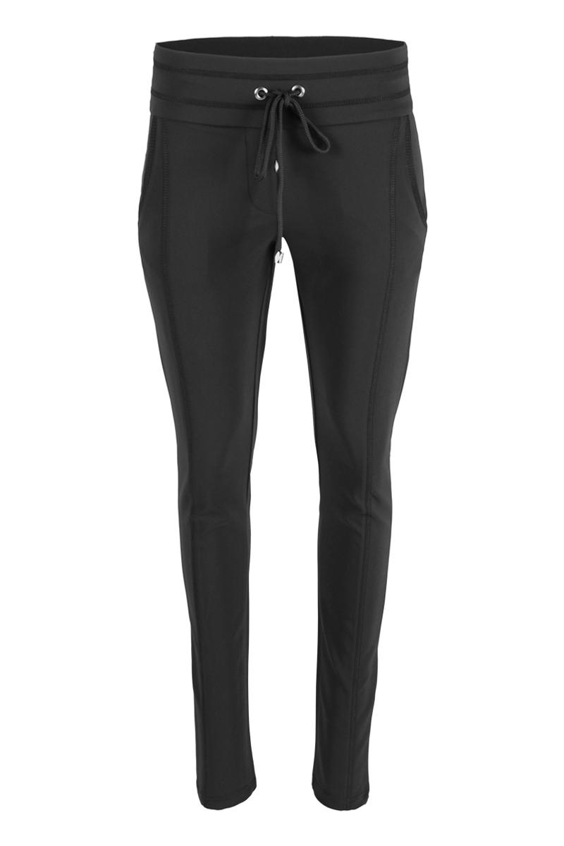 Sportieve maar geklede broek Sandy is een 4-pocket model met fake klepzakken op de achterzijde en steekzakken aan de voorzijde. De broek heeft een hoge tailleband zonder riemlussen met koordsluiting. Ze heeft een dubbel sierstiksel op het bovenbeen en onderaan de pijp is een splitje aangebracht. Sandy is heeft een extra skinny fit en is gemaakt van een heerlijk comfortabele Poly Travel kwaliteit. De broek valt normaal qua maat en is te vinden in het Strawberry, Black, Light Sand, Navy, Seagreen, Offwhite, White en Black Army.  <ul> <li>Korte broek</li> <li>Extra skinny fit</li> <li>Dubbel sierstiksel op het bovenbeen</li> <li>Koordsluiting</li> <li>Splitje onderkant pijp</li> <li>Hoge tailleband zonder riemlussen</li> <li>Poly Travel kwaliteit</li> <li>4-pocket model</li> <li>Fake klepzakken achterzijde</li> <li>Steekzakken voorzijde</li> <li>Model Sandy L20 - Capri</li> <li>Valt normaal qua maat</li> <li>Te verkrijgen in het Strawberry, Black, Light Sand, Navy, Seagreen, Offwhite, White en Black Army.</li> </ul>  <blockquote>Perfecte basisbroek, sportief maar gekleed</blockquote>