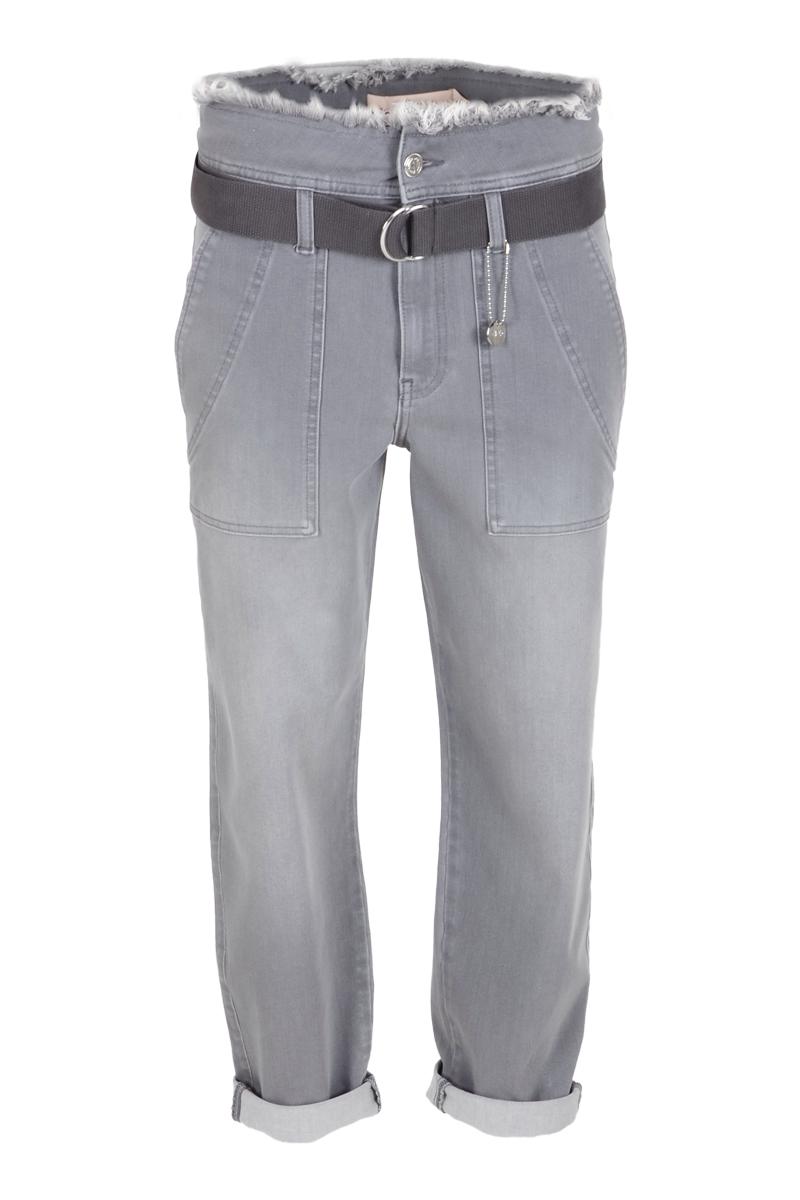 Stoere broek Zoe L28 heeft een hoge taille met brede tailleband en is gemaakt van stretchy denim lycra. Onder de taille zitten riemlussen en is de broek te sluiten middels een knoop- en ritssluiting. Bij de broek zit een ceintuur met zilveren gesp inbegrepen. De broek heeft faux paspelzakken op het achterpand en opgestikte steekzakken op het voorpand. Broek Zoe valt normaal qua maat en is te verkrijgen in het Grey Used en New Vintage. Ze komt uit de Zizo herfstcollectie 2021.  <ul> <li>Hoge taille</li> <li>Knoop- en ritssluiting</li> <li>Brede tailleband riemlussen eronder</li> <li>Ceintuur met zilveren gesp</li> <li>Gerafeld bovenin boord</li> <li>Doorgestikte zoom</li> <li>4-pocket model</li> <li>Faux paspelzakken achterpand</li> <li>Opgestikte steekzakken voorpand</li> <li>Model Zoe</li> <li>Lengte 28</li> <li>Denim Lycra kwaliteit</li> <li>Valt normaal qua maat</li> <li>Te verkrijgen in het Grey Used en New Vintage.</li> <li>Zizo herfstcollectie 2021</li> </ul>    <blockquote> Sla de broekspijpen om voor een nog stoerdere look </blockquote>