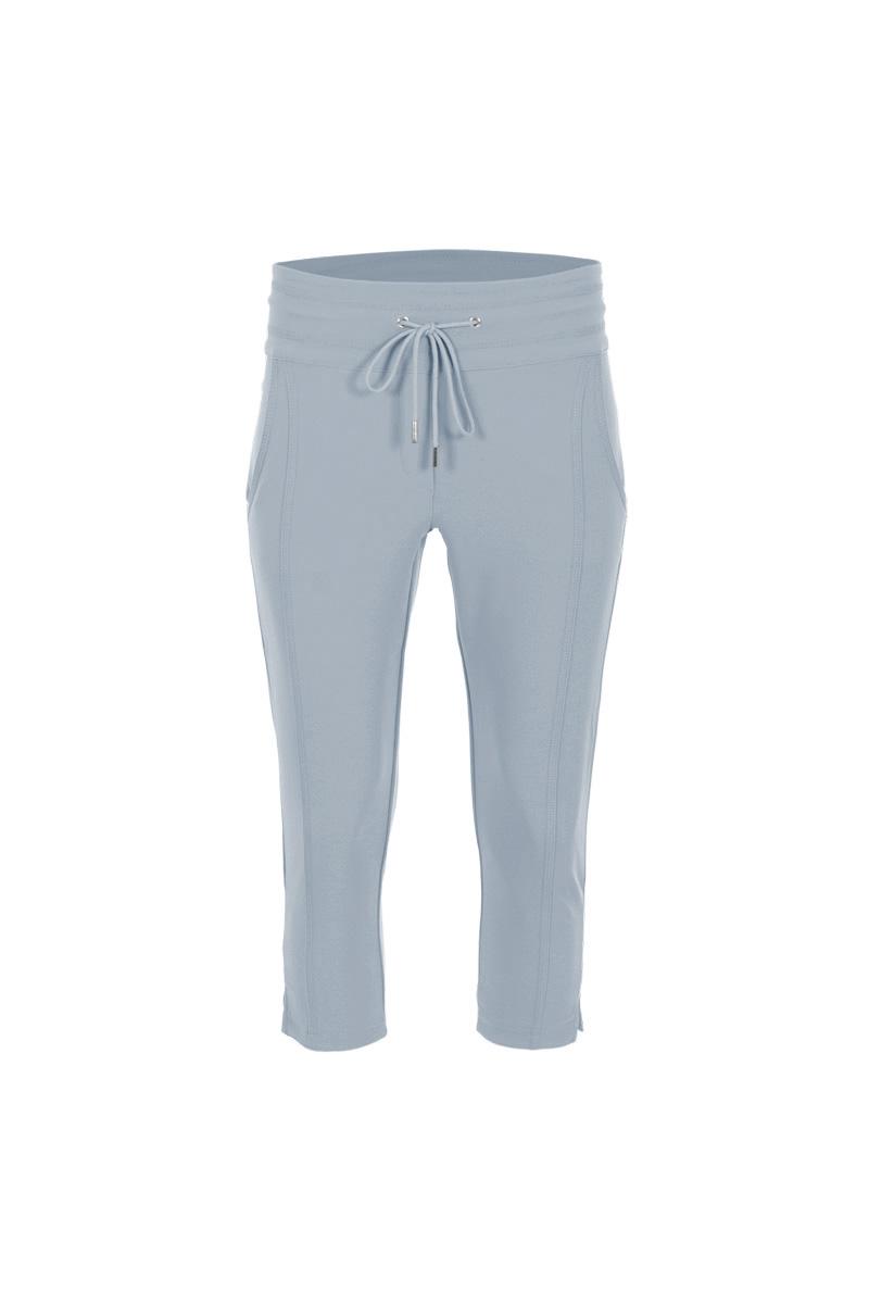 Sportieve maar geklede broek Sandy is een 4-pocket model met fake klepzakken op de achterzijde en steekzakken aan de voorzijde. De broek heeft een hoge tailleband zonder riemlussen met koordsluiting. Ze heeft een dubbel sierstiksel op het bovenbeen en onderaan de pijp is een splitje aangebracht. Sandy is heeft een extra skinny fit en is gemaakt van een heerlijk comfortabele Poly Travel kwaliteit. De broek valt normaal qua maat en is te vinden in het Strawberry, Black, Light Sand, Navy, Seagreen, Offwhite, White en Black Army.  <ul> <li>Korte broek</li> <li>Extra skinny fit</li> <li>Dubbel sierstiksel op het bovenbeen</li> <li>Koordsluiting</li> <li>Splitje onderkant pijp</li> <li>Hoge tailleband zonder riemlussen</li> <li>Poly Travel kwaliteit</li> <li>4-pocket model</li> <li>Fake klepzakken achterzijde</li> <li>Steekzakken voorzijde</li> <li>Model Sandy L20 - Capri</li> <li>Valt normaal qua maat</li> <li>Te verkrijgen in het Strawberry, Black, Light Sand, Navy, Seagreen, Offwhite, White en Black Army.</li> </ul>  <blockquote> Perfecte basisbroek, sportief maar gekleed </blockquote>