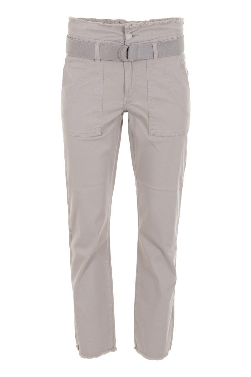 Denim broek Tarente (zomercollectie 2021) is een hoog model, gemaakt van een comfortabele cotton lycra kwaliteit. De broek is open en dicht te doen middels een een knoop- en ritssluiting en bevat een losse riem. Tarente heeft opgestikte steekzakken op de voorzijde en faux paspelzakken op de achterzijde. Broek Tarente heeft een gerafelde band en broekspijpen. Model Tarente L28 valt normaal qua maat en is te verkrijgen in de kleuren Sand, Seagreen en White.    <ul> <li>Hoog model</li> <li>Knoop- en ritssluiting</li> <li>Color denim broek</li> <li>Faux paspelzakken achterzijde</li> <li>Opgestikte steekzakken voorzijde</li> <li>Gerafelde band en broekspijp</li> <li>Model Tarente L28</li> <li>Met losse riem</li> <li>Cotton lycra kwaliteit</li> <li>Valt normaal qua maat</li> <li>Te verkrijgen in het Sand, Seagreen en White.</li> </ul>
