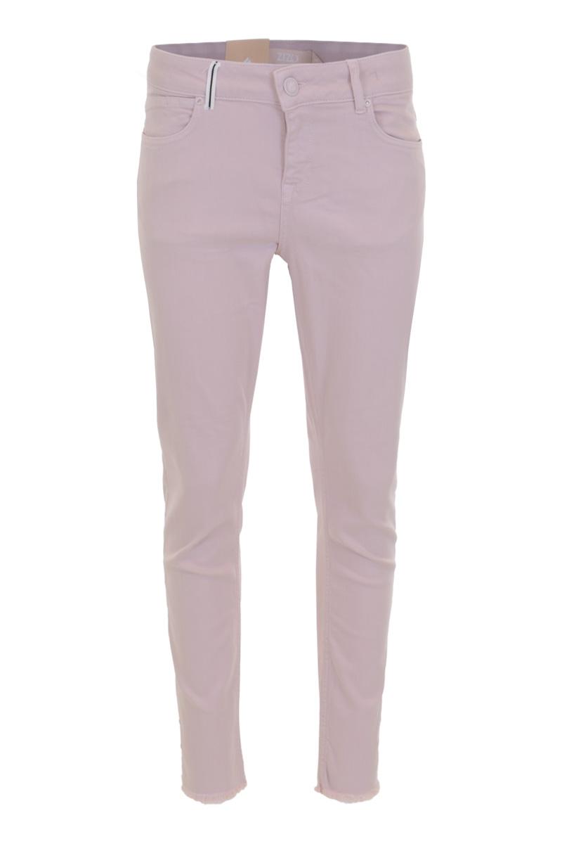 Broek Luca is een stoere licht afgewassen Skinny 5-pocket model jeans met knoop- en ritssluiting. Ze heeft een tailleband met riemlussen waarvan er op 1 een biesje zit. Aan de zij- en onderkant van de broekspijpen zitten splitten. Broek Lucca valt normaal op maat en is te verkrijgen in  White, Light sand en Summer pink.   <ul> <li>Knoop- en ritssluiting</li> <li>Skinny</li> <li>Denim broek</li> <li>Splitten zijkant pijpen</li> <li>Tailleband met riemlussen</li> <li>Biesje aan riemlus</li> <li>5-pocket model</li> <li>Klein hartje op achterzak</li> <li>Model Lucca</li> <li>Valt normaal qua maat</li> <li>Te verkrijgen in het  White Light sand  en Summer pink</li> </ul>