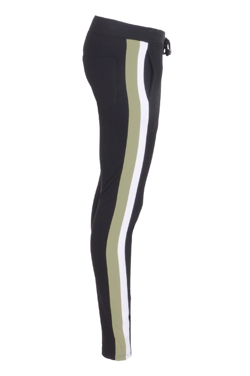 Stretchbroek met elastiek taiileband en zijnaad afgewerkt met dubbel contrast band.