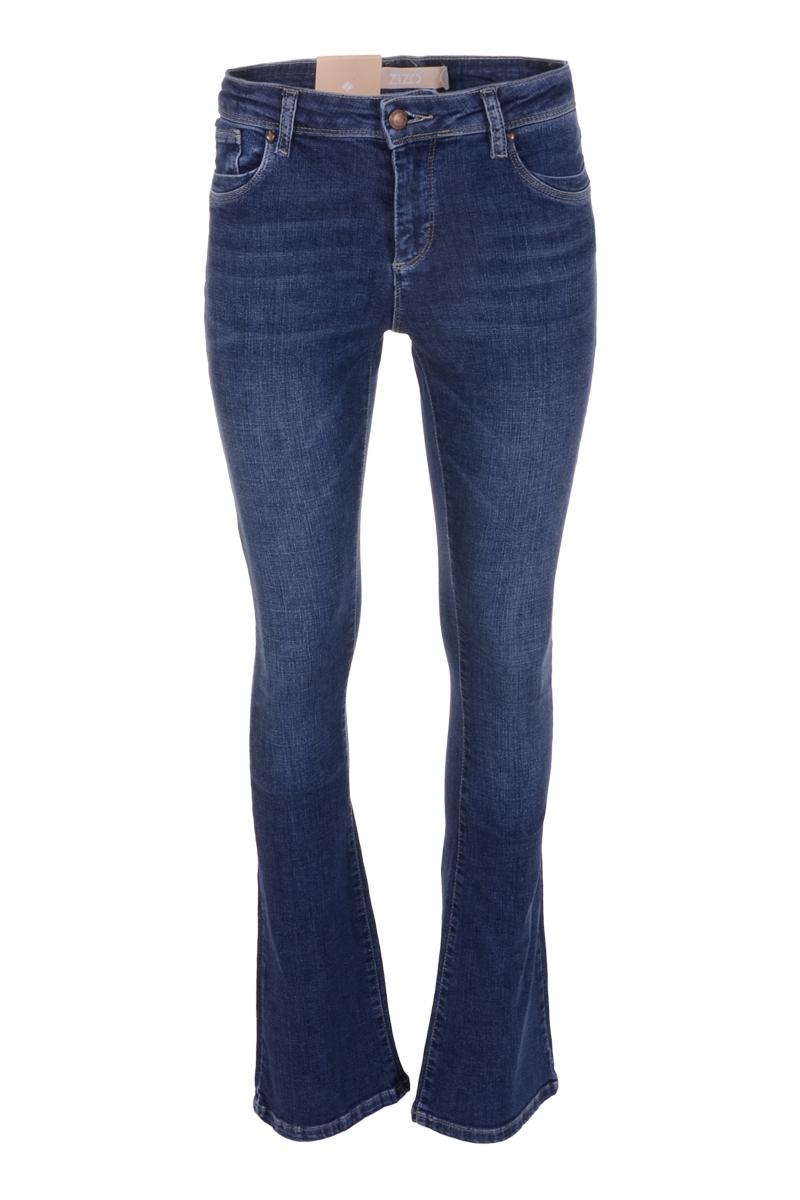 Broek Elina is een Denim bootcut jeans met knoop- en ritssluiting. Elina is een 5-pocket model met een klein hartje op de achterzak. Ze is voorzien van fijn stretchy materiaal en draagt comfortabel. De tailleband van de broek heeft ceintuurlussen. De broek valt normaal qua maat en is te verkrijgen in het Vintage en New Bleached.   <ul> <li>Knoop- en ritssluiting</li> <li>Bootcut jeans</li> <li>Denim broek</li> <li>Tailleband met ceintuurlussen</li> <li>5-pocket model</li> <li>Klein hartje op achterzak</li> <li>Model Elina</li> <li>Valt normaal qua maat</li> <li>Te verkrijgen in het Vintage en New Bleached</li> </ul>