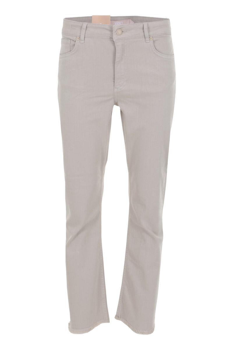 Broek Venosa is een stoere colordenim broek met hoge taille. De broek is een 5-pocket model met steekzakken op het achterpand en afgeronde zakken aan de voorzijde. Venosa is te sluiten middels knoop- en ritssluiting. Onderaan de pijpen heeft broek Venosa een stoere gerafelde zoom. De broek valt normaal qua maat en is te verkrijgen in het White, Light sand, en Sali green.   <ul> <li>Denim broek</li> <li>Lengte 27</li> <li>Hoge taille</li> <li>5-pocket model</li> <li>Steekzakken achterpand</li> <li>Afgeronde steekzakken voorpand</li> <li>Knoop- en ritssluiting</li> <li>Tailleband met ceintuurlussen</li> <li>Detail ritjes aan zijkant</li> <li>Iets uitlopend aan onderzijde</li> <li>Gerafelde zoom</li> <li>Denim Lycra</li> <li>Model Venosa</li> <li>Valt normaal qua maat</li> <li>Te verkrijgen in het White, Light sand,en Saligreen</li> </ul>