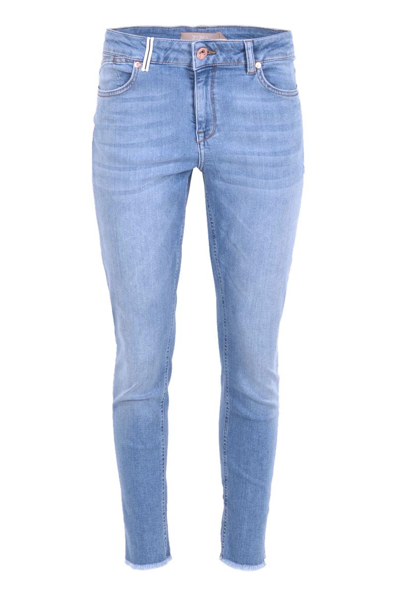 Broek Luca L28 is een stoere licht afgewassen Skinny 5-pocket model jeans met knoop- en ritssluiting. Ze heeft een tailleband met riemlussen. Aan de zij- en onderkant van de broekspijpen zitten splitten waarvan de onderkant is afgewerkt met rafels. Broek Lucca heeft lengte 28 en valt normaal op maat. Ze is te verkrijgen in Summer Bleach.    <ul> <li>Knoop- en ritssluiting</li> <li>Skinny</li> <li>Denim broek</li> <li>Splitten zijkant pijpen</li> <li>Rafels onderkant pijpen</li> <li>Tailleband met riemlussen</li> <li>5-pocket model</li> <li>Klein hartje op achterzak</li> <li>Model Lucca</li> <li>Lengte 28</li> <li>Valt normaal qua maat</li> <li>Te verkrijgen in het Summer Bleach.</li> </ul>