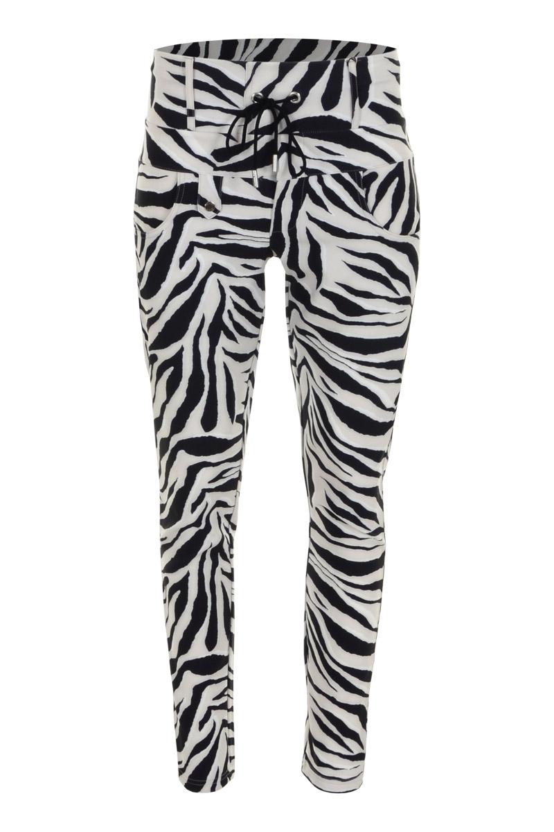 Sportieve maar geklede broek Rixos is een 4-pocket model met fake klepzakken op de achterzijde en halfronde steekzakken aan de voorzijde. De broek heeft een hoge tailleband met riemlussen en tunnel-koordsluiting. Rixos is een skinny fit en is gemaakt van een heerlijk comfortabele Poly Lycra kwaliteit. De broek valt normaal en is te vinden in de zomerserie's Freaky Sand en Palm Seagreen.  <ul> <li>Lengte 28 inch</li> <li>Skinny fit</li> <li>Hogere fit</li> <li>Tunnel-koordsluiting</li> <li>Brede tailleband met riemlussen</li> <li>Poly Travel kwaliteit</li> <li>4-pocket model</li> <li>Fake klepzakken achterzijde</li> <li>Ronde steekzakken voorzijde</li> <li>Model Rixos</li> <li>Valt normaal qua maat</li> <li>Te verkrijgen in het Freaky Sand en Palm Seagreen.</li> </ul>  <blockquote> Perfecte zomerse basisbroek, sportief maar gekleed </blockquote>