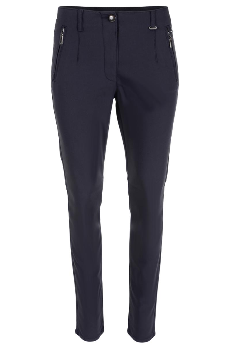 Een klassieke smalle broek met skinny pijp, steekzakken  met ritsjes aan de voorzijde en paspelzakjes aan de achterzijde. De broek is in een mooie polyamide stof, waardoor deze heerlijk comfortabel is.