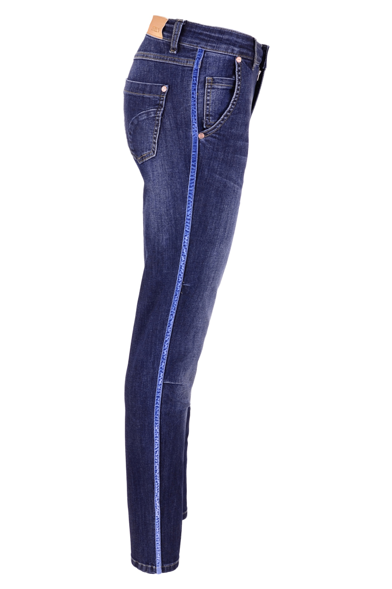 Denimbroek met steekzakken en klein plooitje op de knie. De broek is afgewerkt met een fluwelen bies op de zij naad. Binnen been lengte 32 inch.