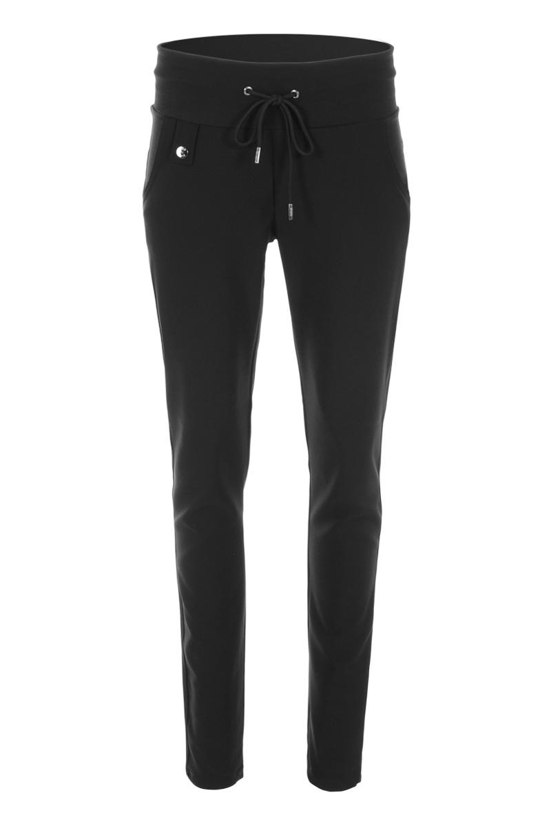 Sportieve maar geklede broek Palermo is model met faux klepzakken op de achterzijde en steekzakken aan de voorzijde. De broek heeft een hoge tailleband zonder riemlussen met koordsluiting. Ze heeft een dubbel sierstiksel op het bovenbeen. Palermo is heeft een skinny fit en is gemaakt van een heerlijk comfortabele Poly Lycra kwaliteit. De broek valt normaal qua maat en is te vinden in het Navy en Black.  <ul> <li>Lengtemaat 32</li> <li>Binnenbeen 82cm</li> <li>Skinny fit</li> <li>Dubbel sierstiksel op het bovenbeen</li> <li>Koordsluiting</li> <li>Hoge tailleband zonder riemlussen</li> <li>Poly Lycra kwaliteit</li> <li>4-pocket model</li> <li>Fake klepzakken achterzijde</li> <li>Steekzakken voorzijde</li> <li>Model Palermo</li> <li>Valt normaal qua maat</li> <li>Te verkrijgen in het Navy en Black</li> <li>Perfecte basisbroek;sportief maar gekleed</li> </ul>